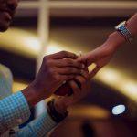 En qué mano se pone el anillo de compromiso
