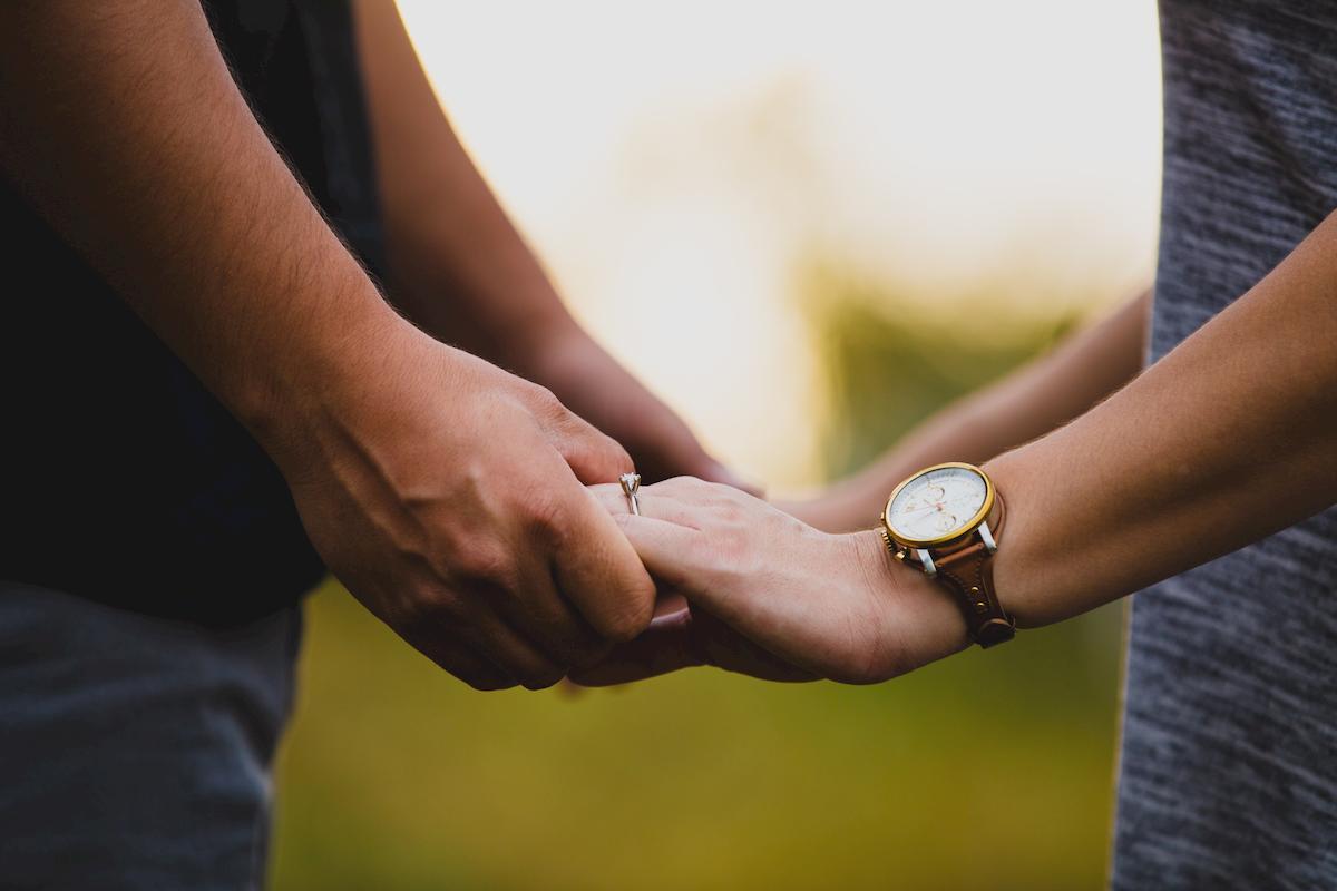 donde poner el anillo de compromiso
